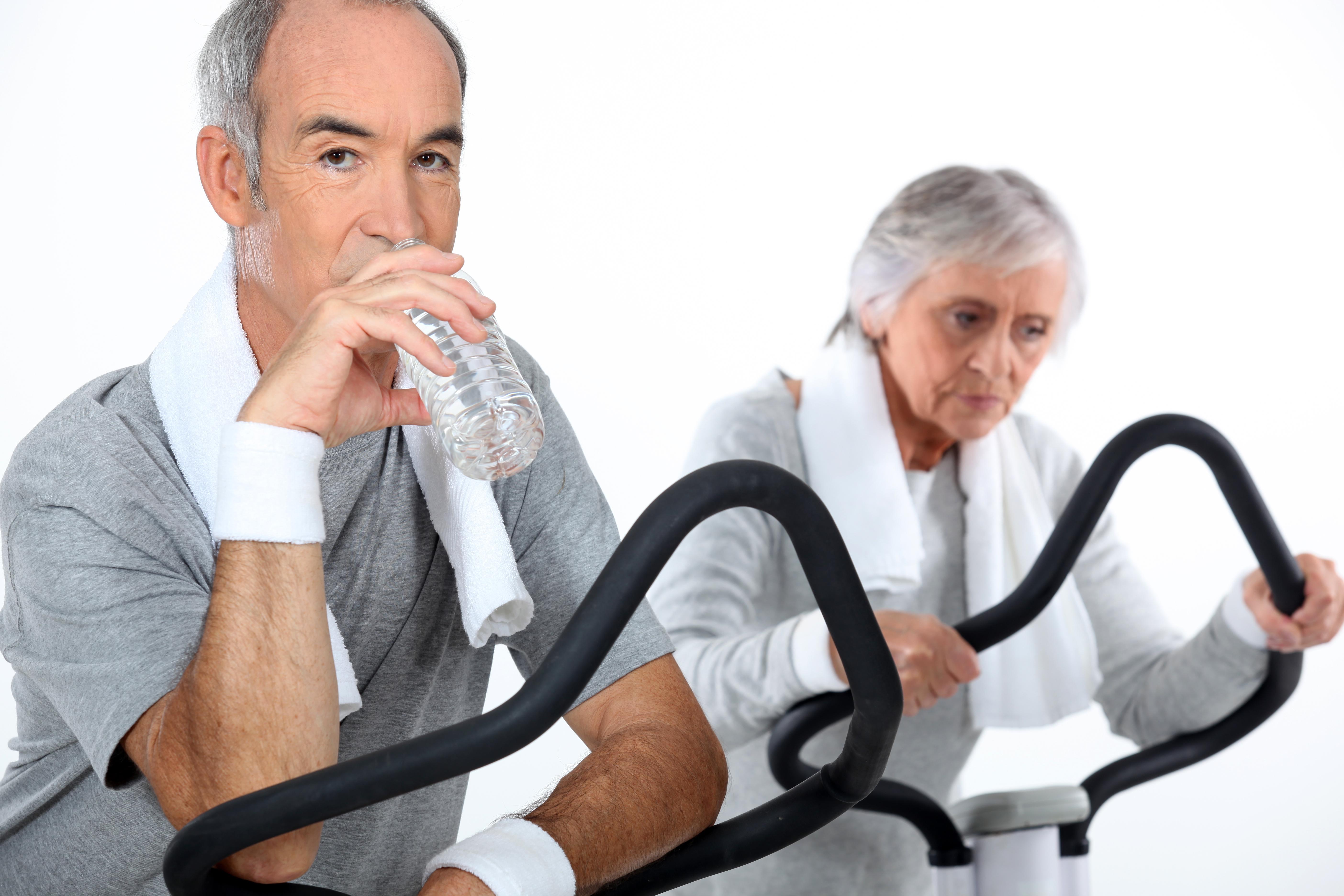 Coppia anziani fanno sport