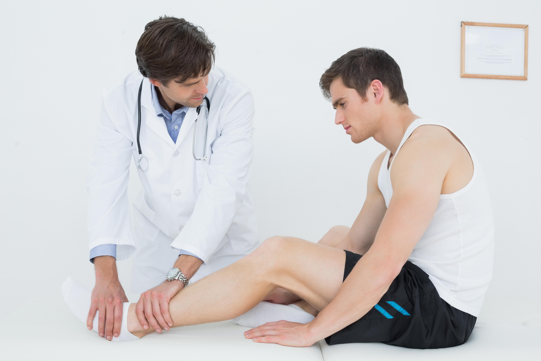 Dottore esamina Dolore caviglia