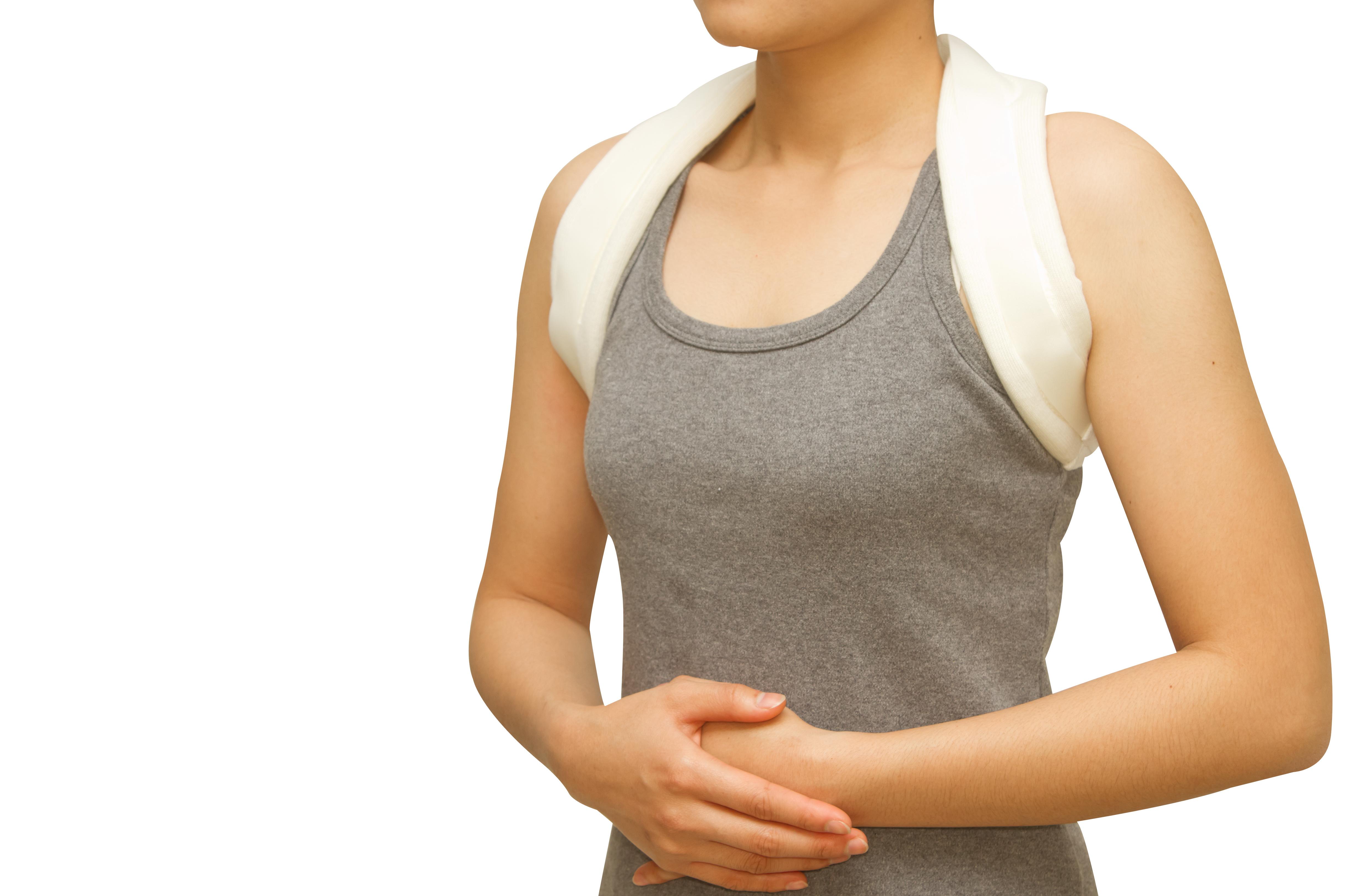 Donna che indossa fascia per le spalle