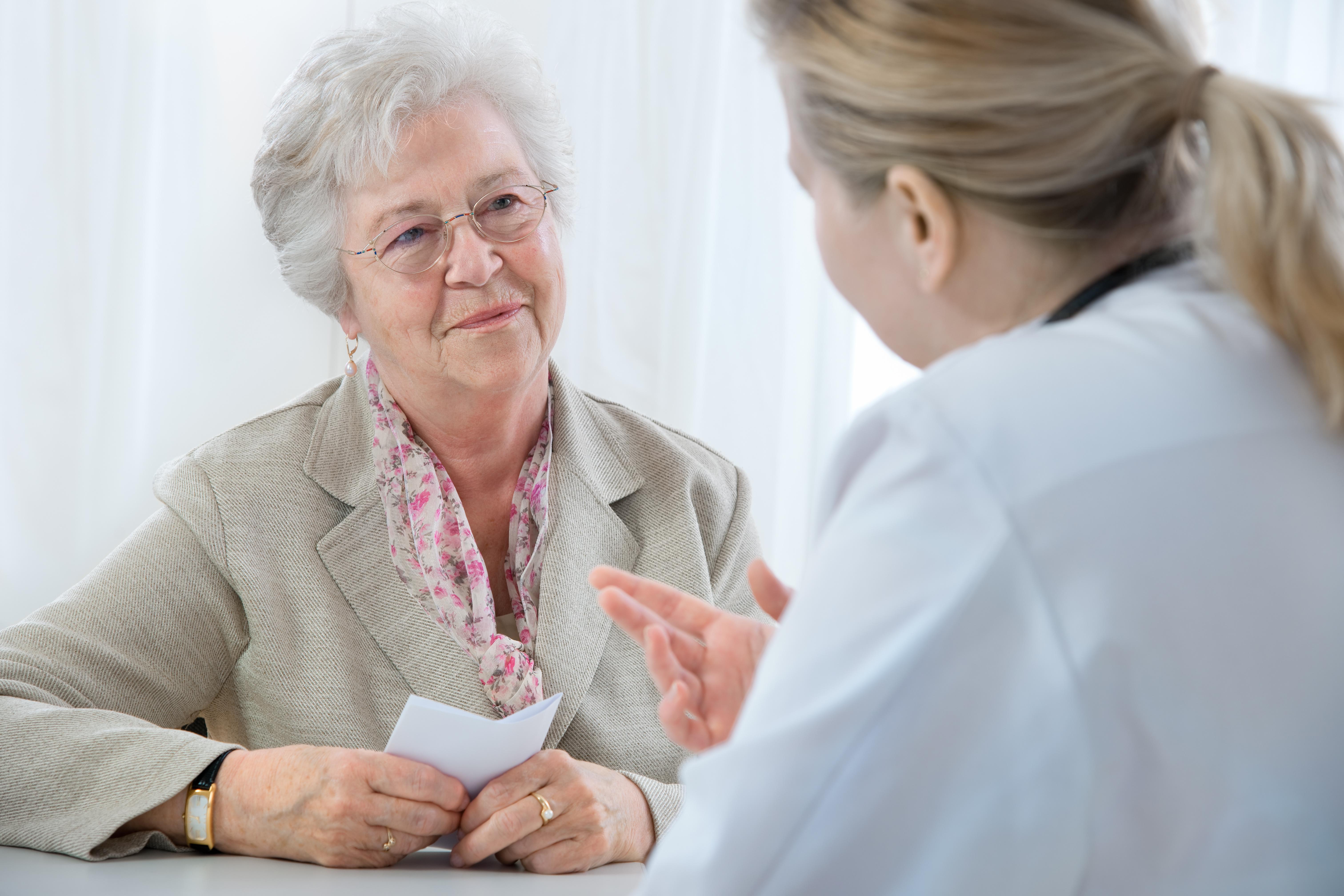 Dottore spiega diagnosi a paziente