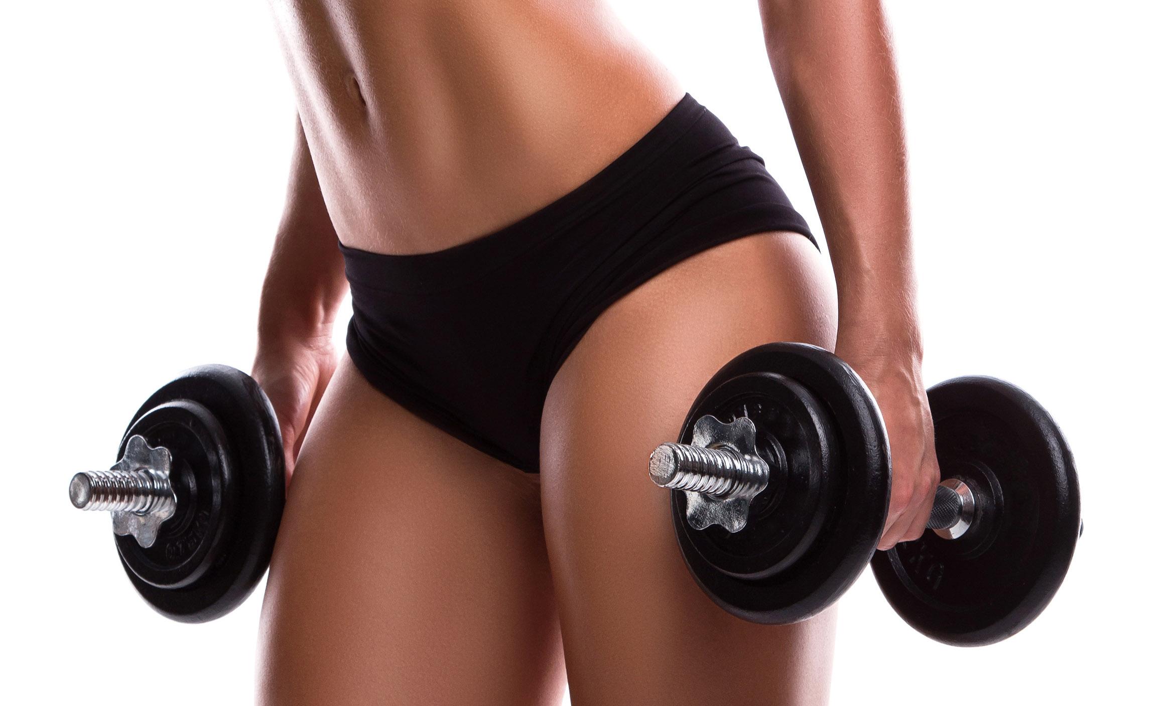 Donna fa fitness con pesi