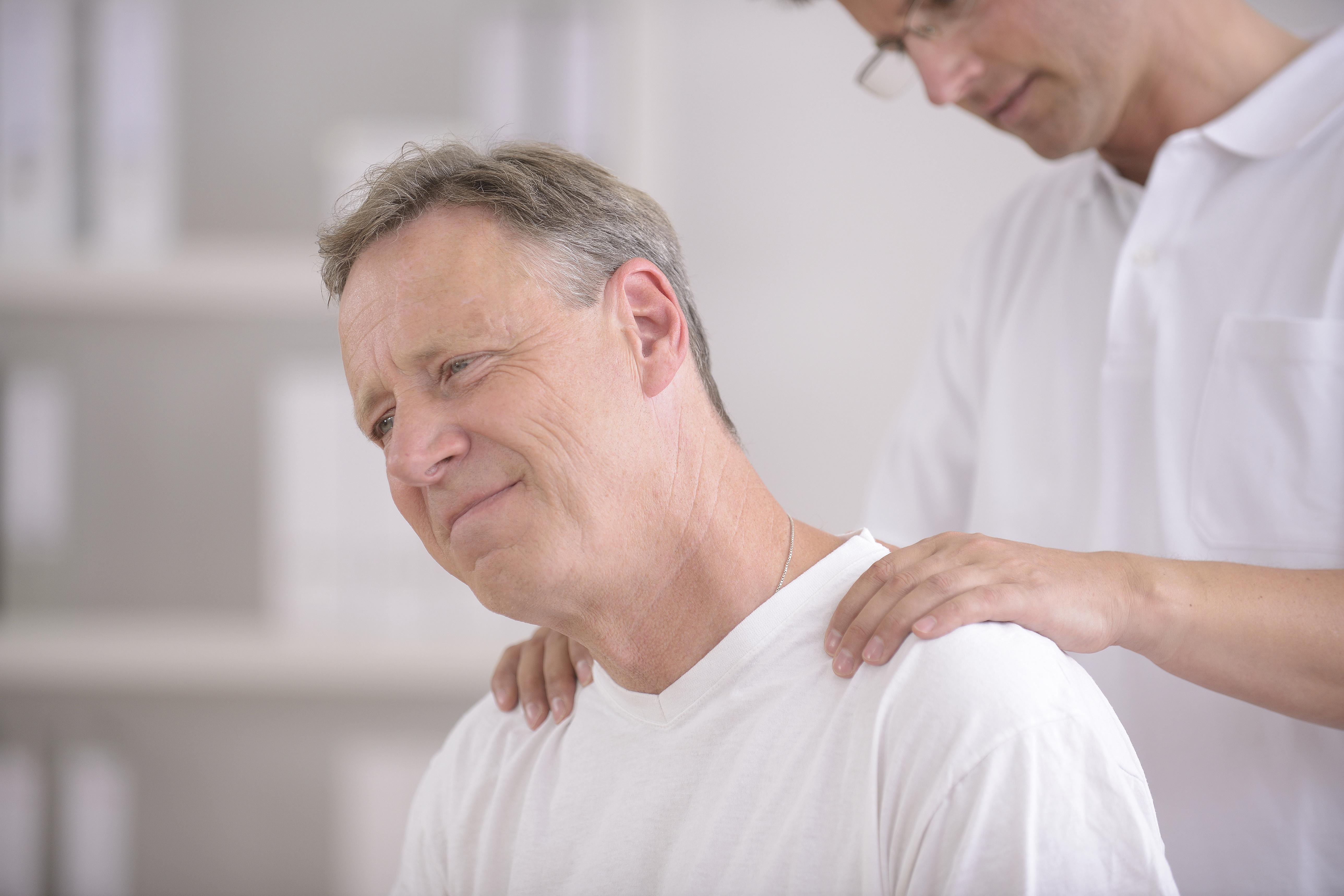 Fisioterapista massaggia paziente
